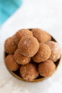 These healthy vegan snickerdoodle energy bites taste just like a holiday cookie but are actually good for you. The perfect easy and kid-friendly snack for anyone in need for some energy on-the-go! #veganrecipes #snickerdoodles #snacks #energybites #blissballs Vegan Snacks, Vegan Recipes, Snack Recipes, Dessert Recipes, Vegan Food, Snacks Ideas, Vegan Christmas Desserts, Raw Desserts, Gluten Free Desserts
