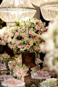 Opção de vaso na mesa de espelho. Olha o arranjo pequeno tb. Cores de forminhas. Decoração na mesa do bolo e doces em rosa e branco. Decoração: André Bonesso Foto: Rejane Wolff: