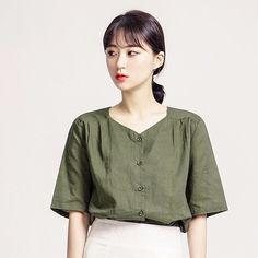 ナチュラル半袖ブラウス ナチュラルな風合いの半袖ブラウスです。 独特なネックラインが魅力の一着。 ほど良く余裕あるフィット感で着心地抜群です。 スカートやパンツなど、どんなボトムともマッチングできます↑ #maysome #uniquestyle #ootd #fashion #ファッション #韓国ファッション #フェミニンコーデ #大人可愛い #モデル #韓国通販 #今日のコーデ #koreafashion #シンプルコーデ #カジュアルコーデ #オルチャンファッション #dailyfashion #dailylook