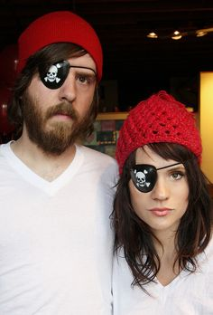 -Pirates- easy costume Easy Costumes, Creative Costumes, Pirate Costumes, Adult Costumes, Couple Costumes, Costume Ideas, Halloween Costumes, Pirate Kids, Pirate Day
