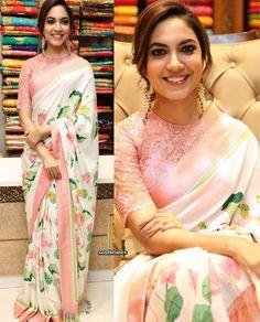 this saree n blouse roars of classiness. Saree Draping Styles, Saree Styles, Indian Dresses, Indian Outfits, Floral Print Sarees, Sari Blouse Designs, Dress Designs, Saree Trends, Simple Sarees