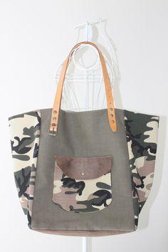 Cabas en toile militaire kaki et simili cuir camouflage. Anses en cuir véritable. : Sacs à main par l-atelier-de-pat
