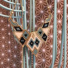 Voici le dernier des colliers plastrons que j'ai réalisé !Entièrement à la main . J'ai utilisé du beige, bleu turquoise, noir et bien sûr des perles dorées ! #miyuki #creation #bijouxcreateur #lesbijouxdelisa #handmade #jenfiledesperlesetjassume #miyuki #collier #necklace #bijoux #ideecadeau https://www.etsy.com/fr/listing/516441691/collier-plastron-tisse-en-perles-miyuki