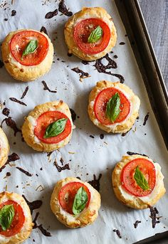 These Tomato and Mozzarella Tarts taste like mini pizzas, a fun Superbowl appetizer if you're having friends over! You may recall me mentioning I am guest Snacks Für Party, Appetizers For Party, Appetizer Recipes, Popular Appetizers, Fruit Appetizers, Cheese Appetizers, Appetizer Ideas, Avacado Appetizers, Prociutto Appetizers