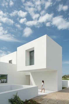 Corpo Atelier, unveils its latest ' Single House Between Two White Walls ' project in Portugal. Two white walls (almost) completely . Architecture Design, Minimalist Architecture, Residential Architecture, Contemporary Architecture, Contemporary Houses, Contemporary Design, Victorian Townhouse, Casas Containers, Minimalist Home