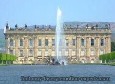 Fontanny wodne  na tle pałacu