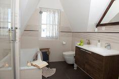 Bad im OG mit Badewanne und Dusche Alcove, Toilet, Bathtub, Bathroom, Bath Tube, Cottage House, Bathing, Standing Bath, Washroom