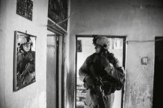 Guerra de Irak: Álvaro Ybarra Zavala. Faluya (Irak), 2006. El marine estadounidense de la Compañía Bravo, Daniel E. Daugherty, durante el registro de una casa en Faluya en la que se sospechaba que se escondía un francotirador.