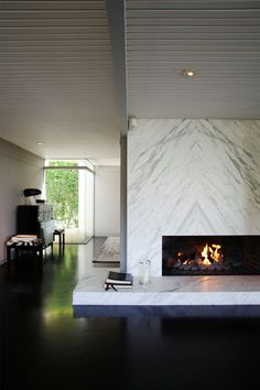 This sleek Hollywood Hills home boasts a book-matched, marble clad fireplace. Photo via COZY TIME: Thirteen Lust Worthy Fireplaces Fireplace Mantle, Fireplace Surrounds, Fireplace Design, Fireplace Stone, Floating Fireplace, Marble Fireplace Surround, Fireplace Modern, Interior Exterior, Home Interior Design
