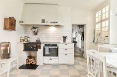Objektdetaljer Kitchen Dining, Kitchen Cabinets, Home Decor, Decoration Home, Room Decor, Cabinets, Home Interior Design, Dressers, Home Decoration