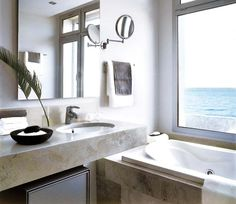 Un baño minimalista en blanco