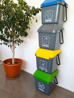 Contenedores de reciclaje de 35 litros de capacidad, apilables, resistentes y prácticos para ahorrar espacio. Canning, Waste Container, Recycling Bins, Space, Paper Envelopes, Home Canning, Conservation