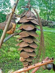 Pine cone made of shovels! (Reminds me of something at the Bell Farm - Taylor Watkins ) Metal Yard Art, Scrap Metal Art, Metal Projects, Metal Crafts, Diy Crafts, Metal Art Sculpture, Garden Sculpture, Abstract Sculpture, Bronze Sculpture
