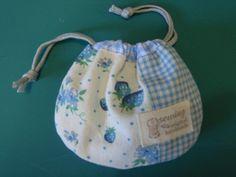 集まれ!手芸部~ちょこっと手作りで暮らしをもっとワクワクに~-ミニ巾着の作り方 Sewing Tutorials, Cosmetic Bag, Drawstring Backpack, Diy And Crafts, Projects To Try, Textiles, Knitting, Crochet, Pattern