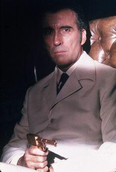 """Christopher Lee como Francisco Scaramanga, """"The Man with the Golden Gun""""."""