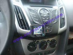 Ford Focus con Parrot MKi9200. Viva voce installato su radio originale