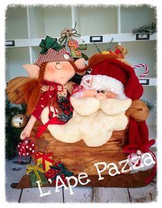 Cartamodelli babbi, renne elfi Natale 2015 : Cartamodello Favilla e Camillo fermaporte Felt Crafts Patterns, Christmas Crafts, Christmas Ornaments, Holly Hobbie, 4th Of July Wreath, Wool Felt, Decoupage, Diy And Crafts, Santa