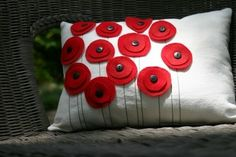Coussin avec des coquelicots en feutrine et boutons / Cushion with felt flowers and buttons Felt Crafts, Fabric Crafts, Sewing Crafts, Sewing Projects, Craft Projects, Diy Crafts, Sewing Pillows, Diy Pillows, Throw Pillows