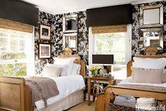 A designer Tobi Tobin reformoua sua casa de campocom espelhos e uma paleta neutra de cores com destaque para o preto brilhante e papel de parede. O resultado é um design moderno, com muito bril…