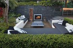salon de jardin avec banquette en gris et cheminée
