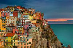 The Cinque Terre es una parte escarpada de la costa de la Riviera italiana. Es en el Liguria ...
