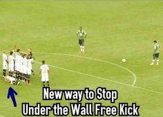 Piłkarz położył się na murawie, żeby zatrzymać piłkę • Nowa metoda zatrzymania…