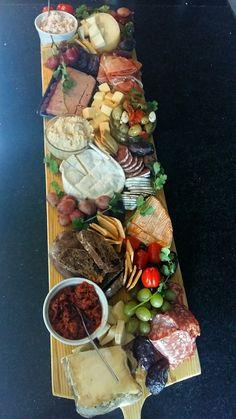 Hapjesplank Tapas, Grill Restaurant, Food Platters, Antipasto, High Tea, Food Hacks, Love Food, Catering, Food To Make