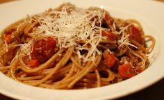 Een simpele zelfgemaakte spaghetti bolognaise. Deze snelle verse spaghetti bolognaise heb je zo op tafel gezet en is heerlijke vol van smaak.