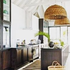 We are having raked ceilings in both our kitchen and outdoor area. Just adore these oversized pendant lamps along with the dark timber cabinetry. ❤️❤️❤️ Image: myhomeideas.com #rakedceiling #kitchen #kitchenideas #pendantlamp #rattan #cane #kitchencabinets #beachhouse #interiordesign #houseplans #kingscliff #interiors