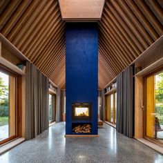 Sleth chose a deep shade of blue – much like the shade used by artist Yves Klein – to allow the fireplace and bathroom walls to stand out. Aarhus, Living Room Modern, Living Spaces, Two Sided Fireplace, Fireplace Ideas, Wood Supply, The Door Is Open, Getaway Cabins, Cabin Design