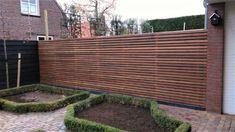 Hardhouten poort Modern - zelf in elkaar te zetten Small Backyard Landscaping, Backyard Patio, Patio Privacy Screen, Go Outside, Hedges, Outdoor Furniture, Outdoor Decor, Shades Of Green, New Homes