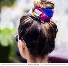 Penteado para o aproveitar o Carnaval tem que ser assim: cabelo preso bem lá no alto para não atrapalhar e nem passar calor no meio da galera! Quer dar mais charme à produção? Arremate o coque com um lenço bem bonito! Super prático e lindo. #cabelo #penteado #dica #beleza #carnaval #inspiração #hair #hairstyle #beauty #calor #verão #lnl #looknowlook