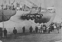Vehicule de reconnaissance allemand en train d'être débarquer dans un port d'Afrique du nord. Le rétablissement des convois italiens pour l'afrique du nord permet aux allemands d'avoir enfin des renforts en hommes, chars, matériels,... Sans ça aucune offensive n'aurait été possible.janvier 42