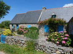 Les petites maisons et les jardins du cap de la Chèvre dans la presqu'ile de Crozon. Bretagne