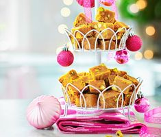 Denna sockersmuliga fudge med saffran och pistagenötter är en god och annorlunda variant av julgodis. Koka ingredienserna under omrörning, häll upp i form och skär i lagom stora tärningar. En fin gå-bort-present när som helst på året.