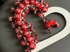 Creative ideas to give candy - # .- Ideas creativas para obsequiar dulces – Creative ideas to give candy – away - Valentines Day Decorations, Valentine Crafts, Valentine Day Gifts, Gift Bouquet, Candy Bouquet, Candy Arrangements, Candy Crafts, Chocolate Bouquet, Chocolate Gifts
