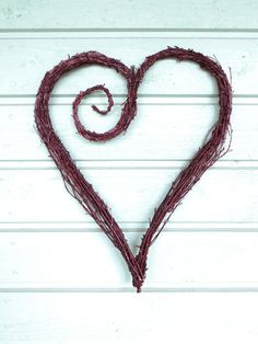 I made another twig heart, here's a video tutorial of how to make it yourself. Twig Crafts, Driftwood Crafts, Rustic Crafts, Nature Crafts, Valentine Wreath, Valentine Decorations, Valentine Crafts, Printable Valentine, Valentine Box
