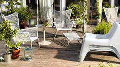 IKEA Österreich, Inspiration, Garten, Terrasse, Balkon, Outdoor, Sommer, Sonne, HÖGSTEN Sessel und HÖGSTEN Fußteil in Weiß, IKEA PS SANDSKÄR Tabletttisch in Weiß und gestapelte IKEA PS VÅGÖ Sessel in Weiß