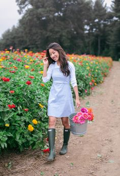 Casual summer outfit idea with hunter rain boots // flower farm by extra petite boston blogger