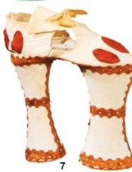 Zapatos de Italia, con un aspecto muy extraño parecen simular la imagen de una jirafa.