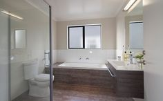 The main bathroom with earthy coloured tiles.
