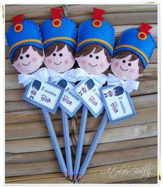 lapis-soldadinho-de-chumbo Felt Crafts, Diy And Crafts, Paddington Bear Party, Pen Toppers, Prince Birthday Party, Felt Bookmark, Craft Show Ideas, Felt Ornaments, Handmade Toys