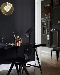 Keine Angst vor dunklen Farben! Warme Metallic-Töne, helles Holz und Pastellfarben lassen schwarze Wände überraschend sanft und elegant wirken.