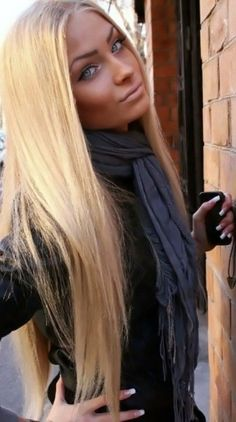 Amazing long blonde hair and beautiful makeup!