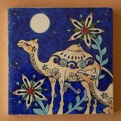 相方Yさんが描く、人気のラクダさんシリーズ。20cm角タイルが焼き上がりました。城門の向こうは昼間の世界。門のこちらは月夜の世界。砂漠の植物は月に伸び、ラ...