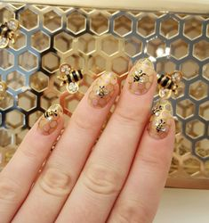 This nail design BEES the BEST.