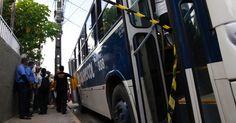 Um homem foi assassinado dentro de um ônibus que fazia a linha Casa Amarela/Cruz Cabugá, na rua da Harmonia, no bairro de Casa Amarela, zona norte do Recife (PE), na tarde desta terça-feira (19). Ivanildo Bezerra da Silva Júnior, 27, foi baleado com dois tiros no pescoço e morreu na hora. Segundo testemunhas, uma motocicleta com dois homens emparelhou com o coletivo, quando o garupa efetuou vários disparos em direção ao rapaz. Na sequência, fugiram em direção à avenida Norte. O caso está…