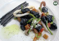 Gnocchi di ricotta al nero di seppia con calamari e zucchine