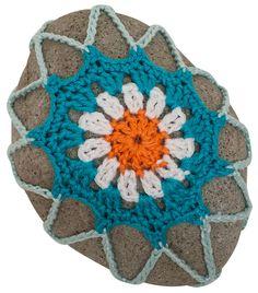Anleitung: Steine mit Blüten umhäkeln | buttinette Blog