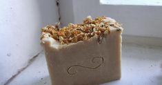 Toto luxusní krémové mýdlo s kosatcem a jasmínem je nejen na první pohled k nakousnutí, ale také díky svému složení prospívá zejména s... Soap, Cosmetics, Desserts, Handmade, Lilies, Tailgate Desserts, Hand Made, Deserts, Dessert